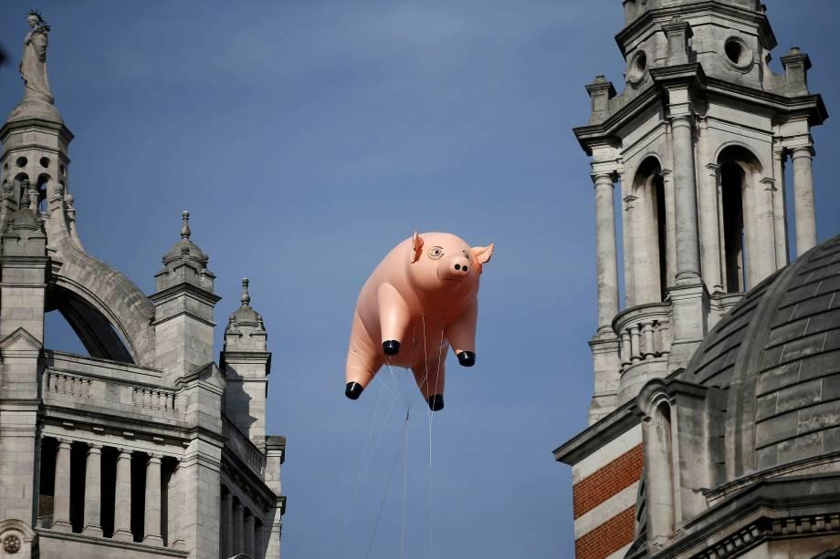Um porco inflável flutua sobre o Victoria and Albert Museum em Londres para promover uma exposição sobre a banda Pink Floyd que terá abertura em maio de 2017