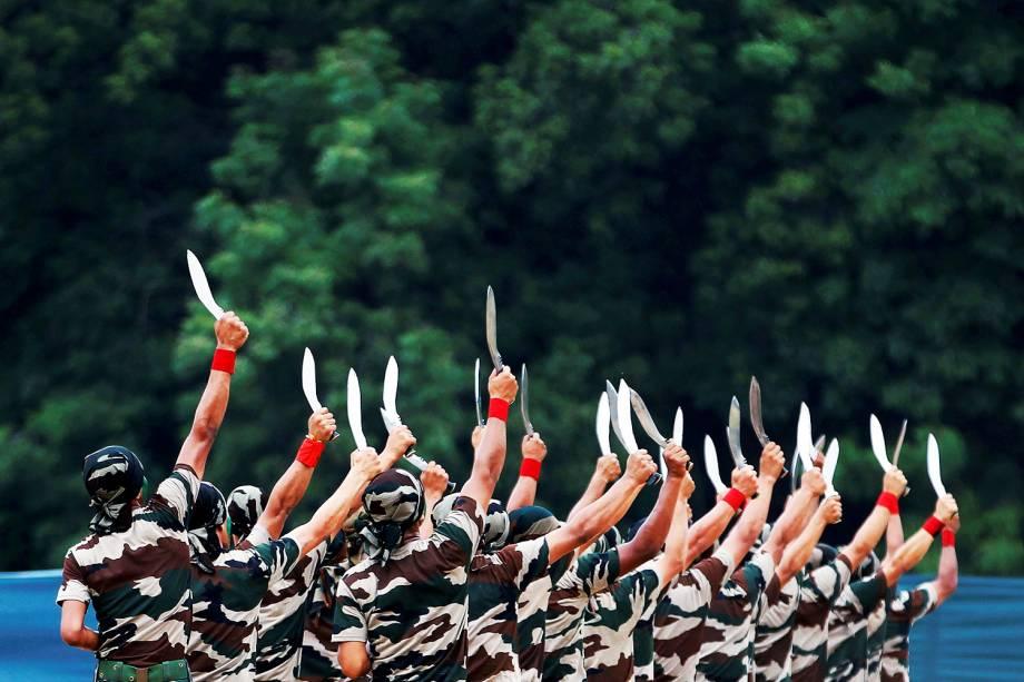 Soldados do Exército indiano mostram suas habilidades durante evento em Ahmedabad, na Índia - 19/08/2016