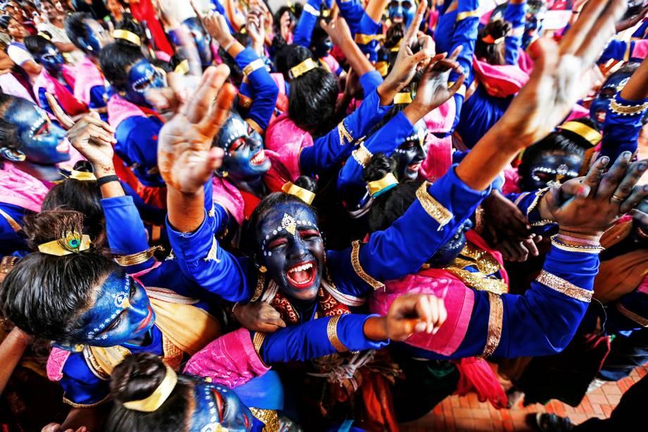 Estudantes dançam durante o Festival Janmashtami, que marca o aniversário do deus Khrishna. Celebração ocorre em Mumbai, na Índia - 23/08/2016