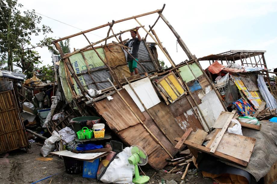 Morador da cidade de Manilla, nas Filipinas, observa sua casa destruída após tornado atingir a região - 15/08/2016