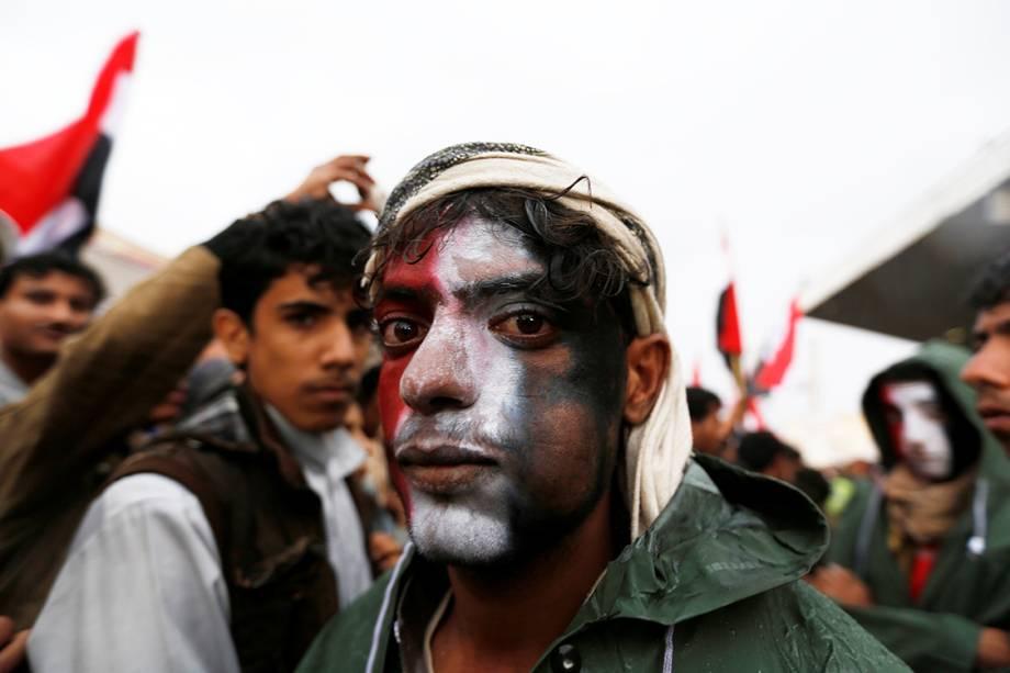 Homem com o rosto pintado com as cores da bandeira do Iêmen participa de manifestações em apoio ao ex-presidente iemenita Ali Abdullah Saleh, em Saana - 01/08/2016