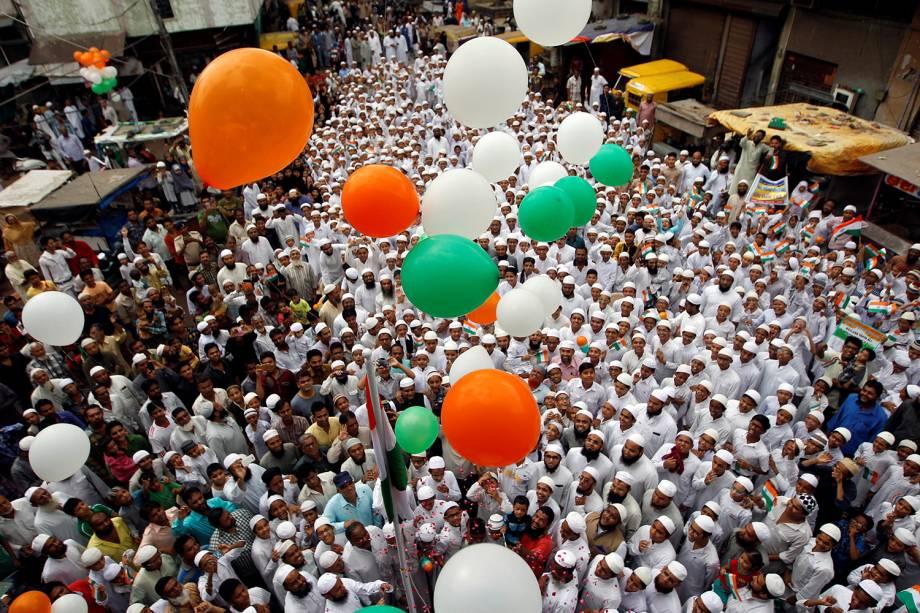 Indianos celebram o Dia da Independência do país, pelas ruas da cidade de Ahmedabad - 15/08/2016