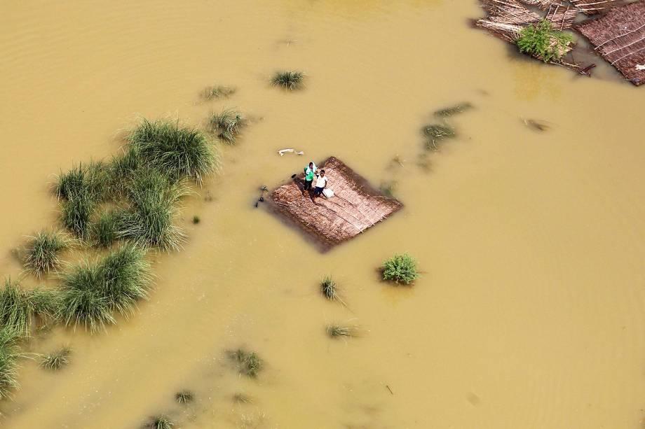 Indianos afetados por inundações aguardam pacotes de comida, enviados por helicópteros da Força Aérea, na cidade de Allahabad - 25/08/2016