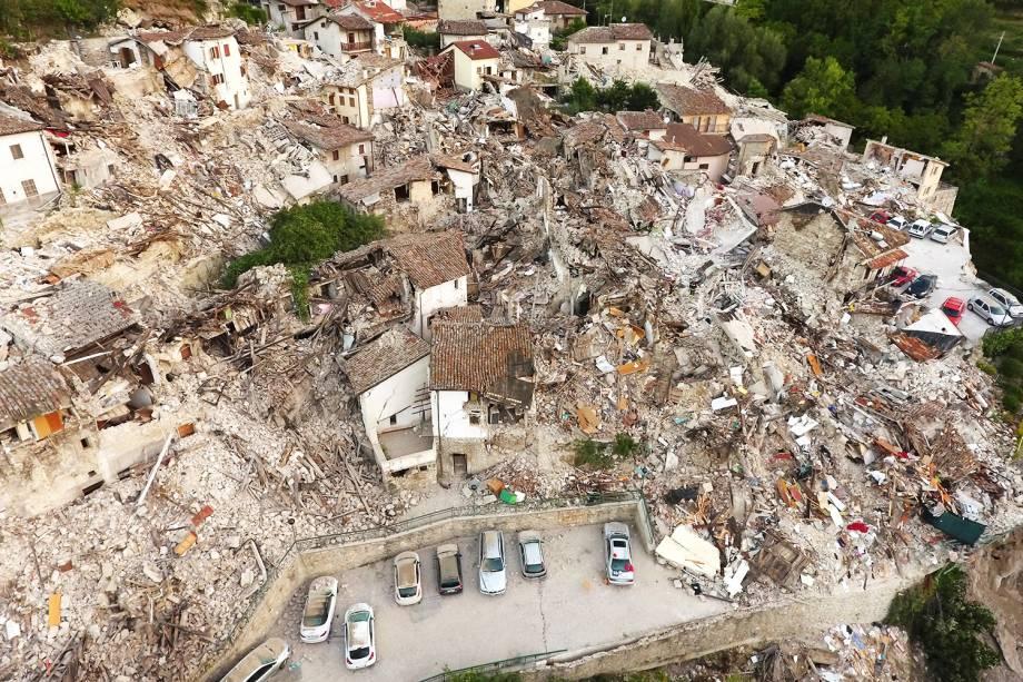 Cidade de Pescara del Tronto, localizada na região central da Itália, vista de um drone após o forte terremoto que atingiu a região - 25/08/2016