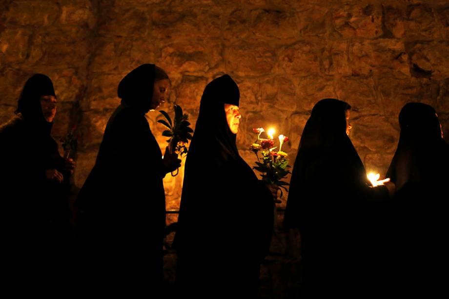 Cristãos ortodoxos realizam procissão anual na Via Dolorosa, levando a imagem da Virgem Maria, na cidade velha de Jerusalém - 25/08/2016