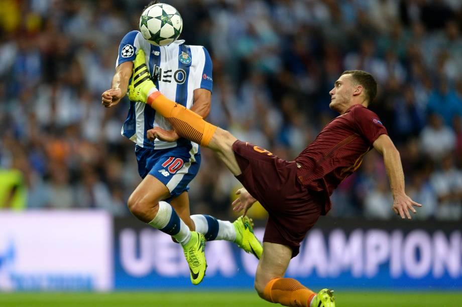 O zagueiro belga Thomas Vermaelen da Roma divide jogada com o meia português André Silva, do Porto em partida válida pela fase eliminatória da Liga dos Campeões - 17/08/2016