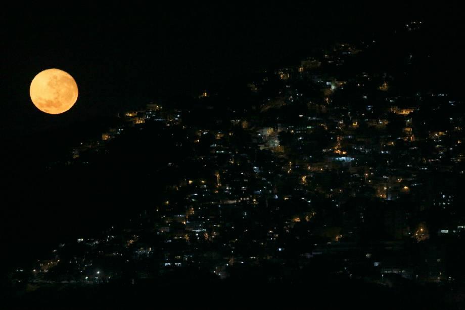 Lua fotografada atrás da favela do Vidigal, no Rio de Janeiro - 17/08/2016