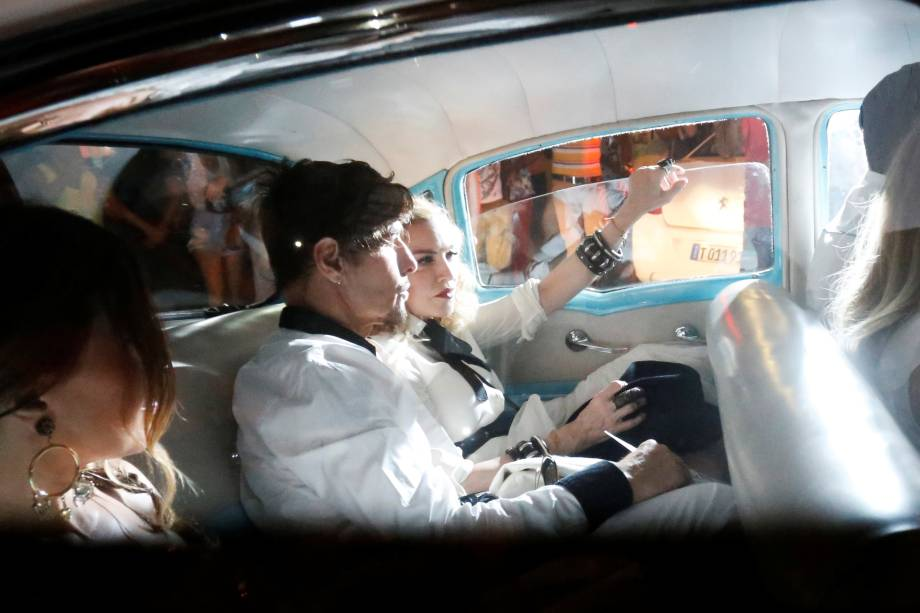 Carro de Madonna fica cercado por fãs na chegada da cantora a um restaurante em Havana, Cuba - 16/08/2016