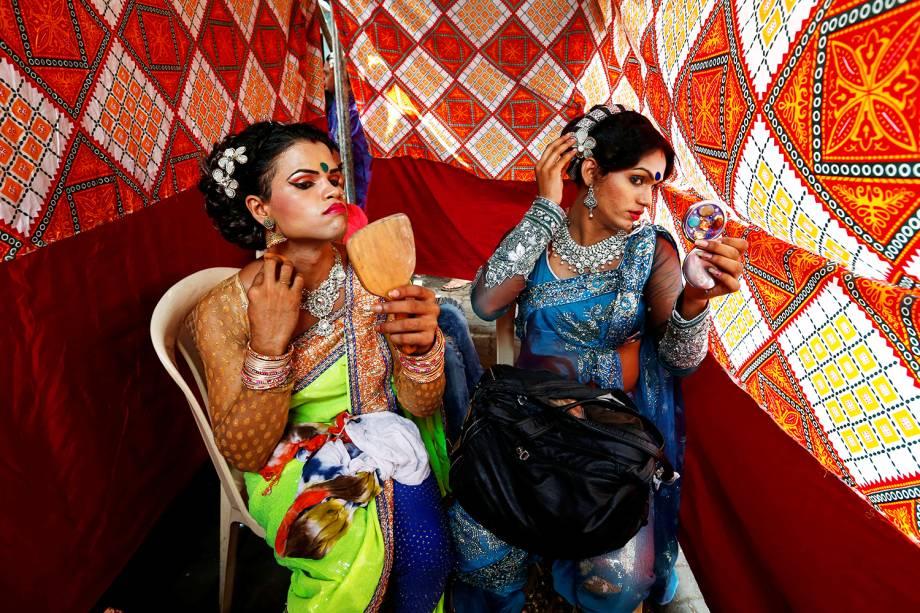 Eunucos se maqueiam antes do Festival Raksha Bandhal em Mumbai, na Índia - 17/08/2016