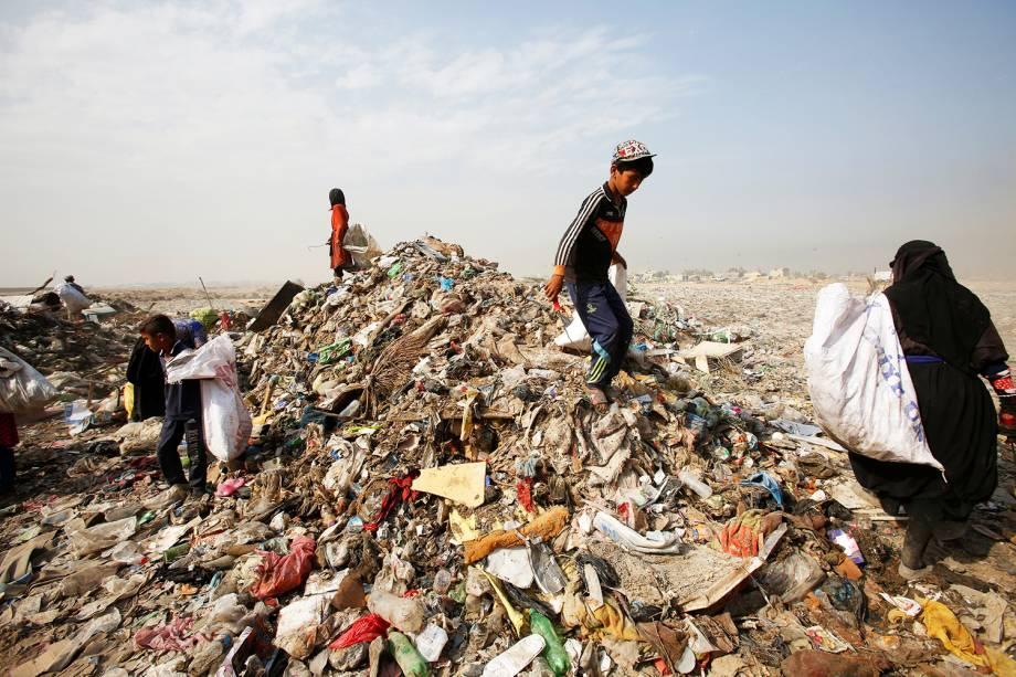 Iraquianos recolhem materiais recicláveis em um deposito de lixo de Bagdá - 23/08/2016
