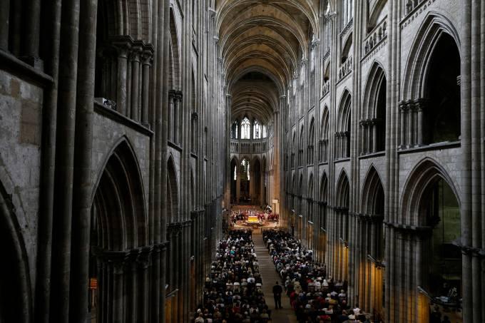 Imagens do dia – Fiéis acompanham o funeral do padre Jacques Hamel