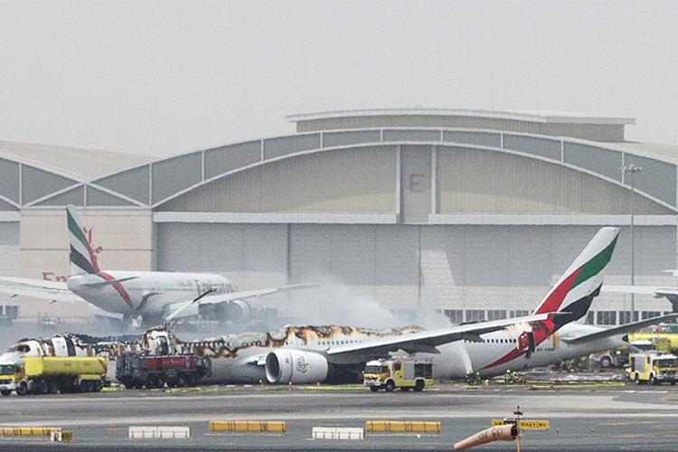 Um voo da companhia Emirates Airline que saiu da Índia sofreu um acidente durante o pouso no Aeroporto Internacional de Dubai, De acordo um porta-voz do aeroporto, todos os 275 passageiros e membros da tripulação foram retirados com segurança do avião - 03/08/2016