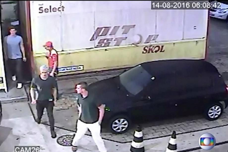 Vídeo mostra imagens dos nadadores do time olímpico dos Estados Unidos em um posto de gasolina no Rio de Janeiro. Os atletas que alegaram ter sido assaltados, mudaram a versão após a divulgação das imagens
