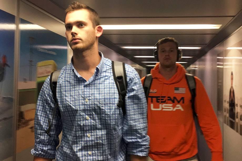 Os nadadores americanos Jack Conger e Gunnar Bentz desembarcam no Aeroporto Internacional de Miami, um dia após os seus passaportes terem sido retidos pela polícia brasileira por falsa comunicação de roubo envolvendo  Ryan Lochte - 19/08/2016