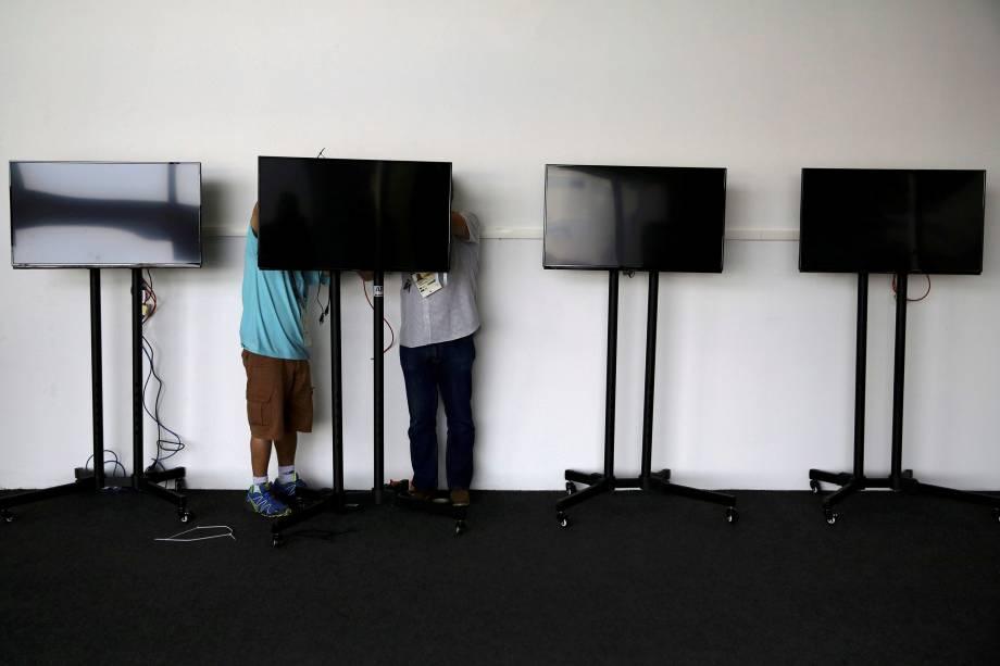 Funcionários ajustam televisores no Parque Olímpico, no Rio de Janeiro - 01/08/2016