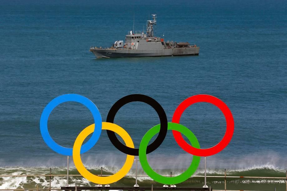 Navio militar navega próximo à praia de Copacabana, no Rio de Janeiro - 01/08/2016