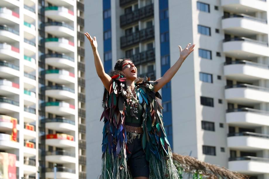 Dançarina se apresenta durante cerimônia de boas-vindas no Parque Olímpico, Rio de Janeiro - 01/08/2016