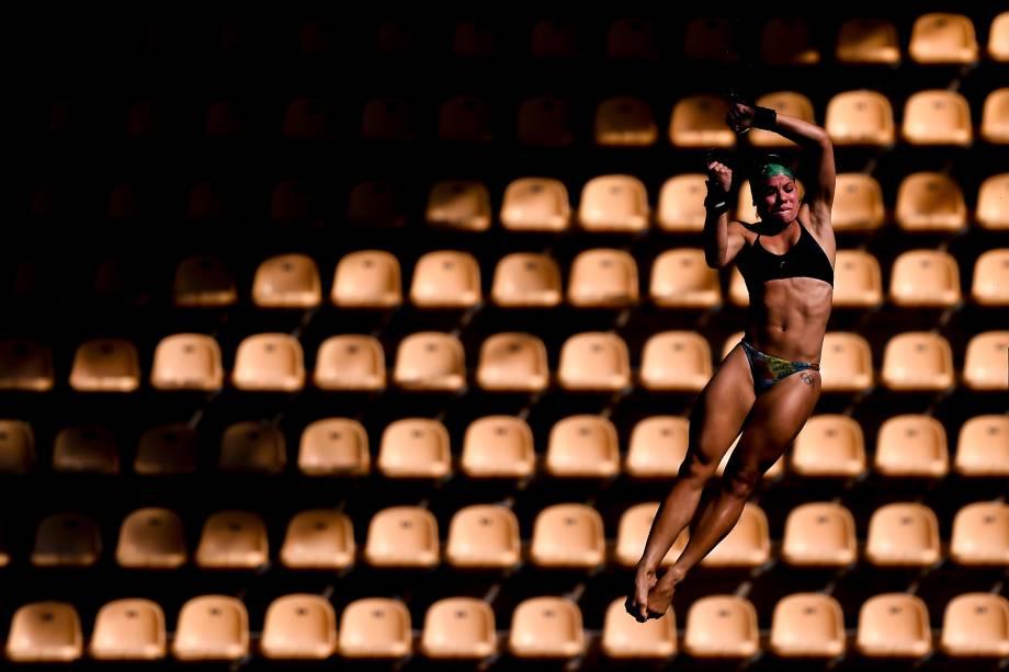 A brasileira Ingrid de Oliveira salta da plataforma de 10 metros no Centro Aquático Maria Lenk, dentro do Parque Olímpico, no Rio de Janeiro - 01/08/2016