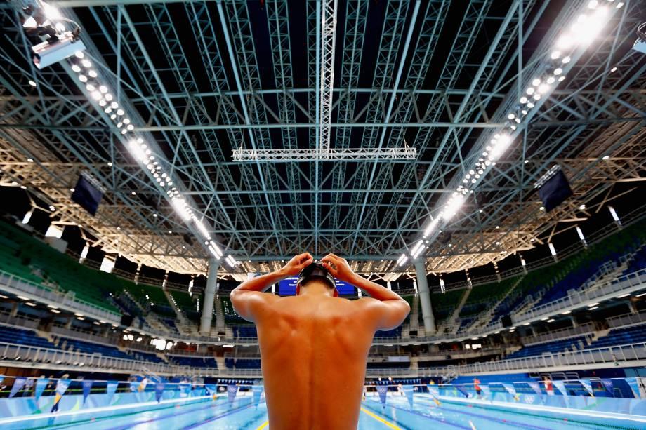 Atleta se prepara para treino de natação no estádio aquático do Parque Olímpico, no Rio de Janeiro - 01/08/2016