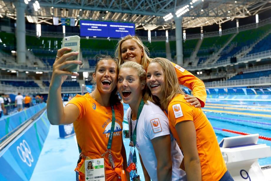 Atletas da delegação holandesa posam para selfie durante sessão de treinamento no estádio aquático olímpico, no Rio de Janeiro - 01/08/2016