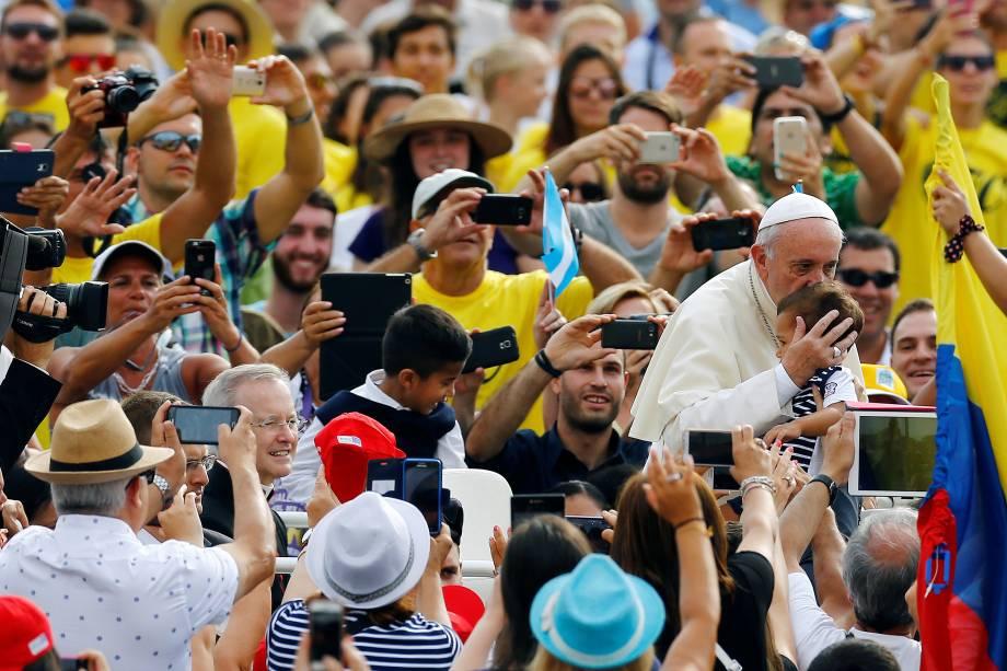 Papa Francisco beija uma criança na chegada para a audiência semanal na Praça de São Pedro, no Vaticano - 31/08/2016