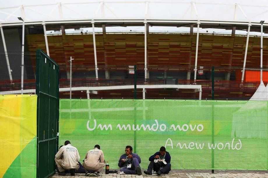 Trabalhadores almoçam próximos ao Parque Olímpico, um dia após o encerramento dos Jogos Olímpicos Rio-2016 - 22/08/2016