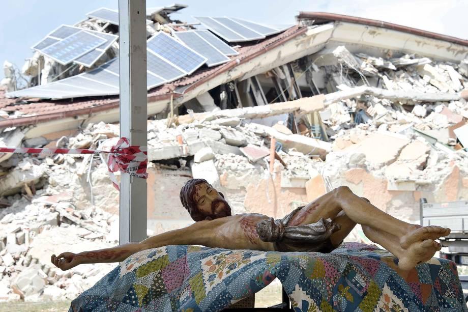 Imagem de Jesus é colocada sobre uma mesa antes do funeral das vítimas do terremoto que destruiu a cidade em Amatrice, na Itália - 30/08/2016