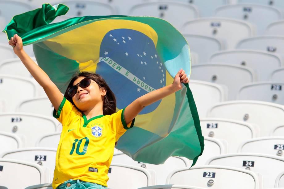 Torcedora mirim aguarda o início da partida entre Brasil e Canadá, válida pela disputa da medalha de bronze do futebol feminino, reaizada na Arena Corinthians, zona leste de São Paulo (SP) - 19/08/2016