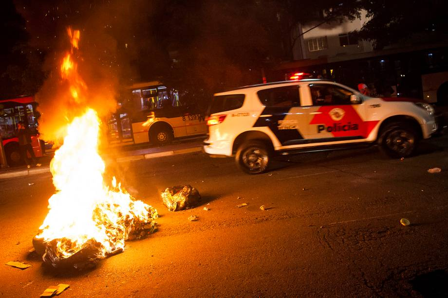 Manifestantes ateiam fogo em objetos durante protesto contra impeachment da ex-presidente Dilma Rousseff no centro de SP -31/08/2016
