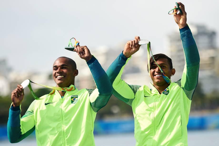 Isaquias Queiroz e Erlon de Souza comemoram medalha de prata na prova de canoagem 1000m em duplas
