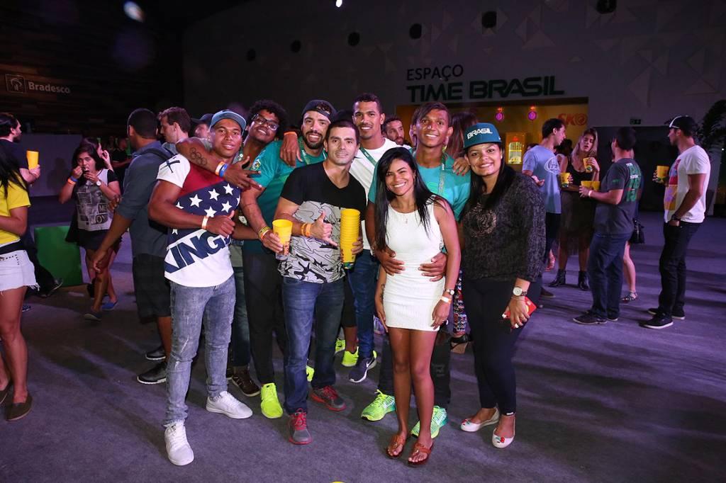 Isaquias Queiroz com um grupo de amigos e a namorada, Larissa