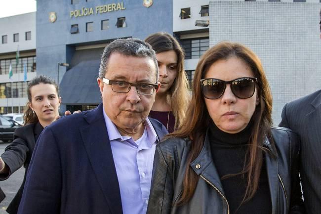 O marqueteiro João Santana e sua mulher, Mônica Moura, deixam a sede da Superintendência da Polícia Federal, em Curitiba