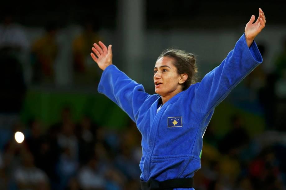 A judoca Majlinda Kelmendi do Kosovo comemora a medalha de ouro após vencer a italiana Odette Giuffrida na categoria até 52 Kg - 07/08/2016