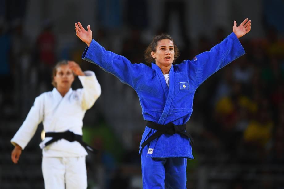 A judoca Majlinda Kelmendi, do Kosovo, comemora a medalha de ouro na primeira participação do país em Olimpíadas