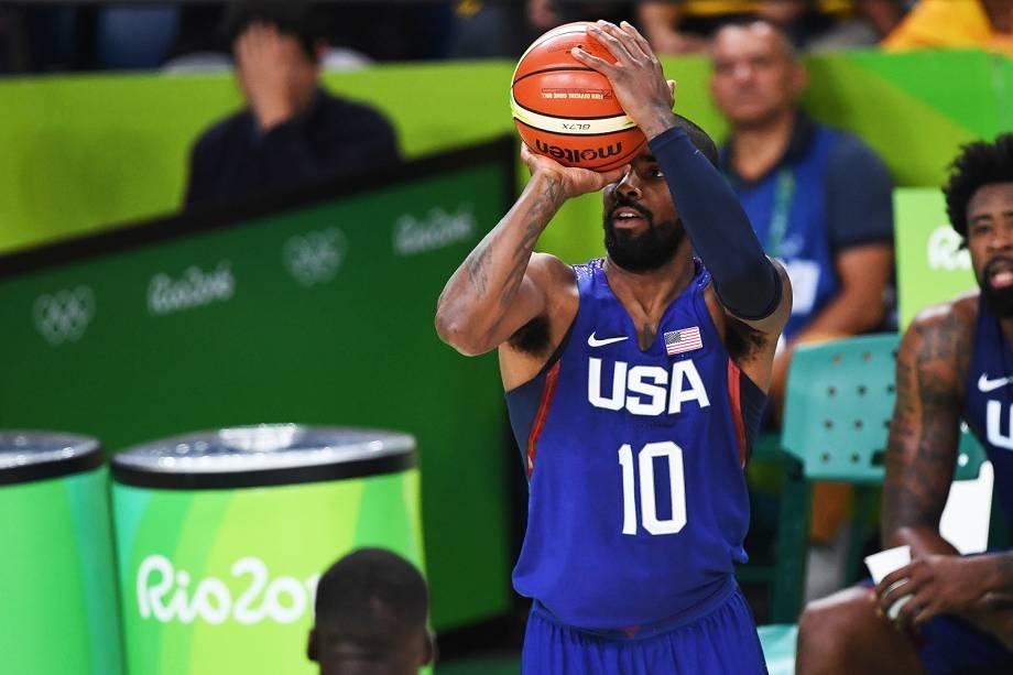 Kyrie Irving, dos Estados Unidos, arremessa a bola no jogo contra a China