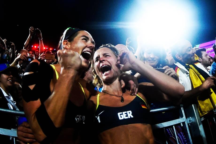 A dupla alemã, Laura Ludwig e Kira Walkenhorst, comemora após conquistarem a medalha de ouro no vôlei de praia