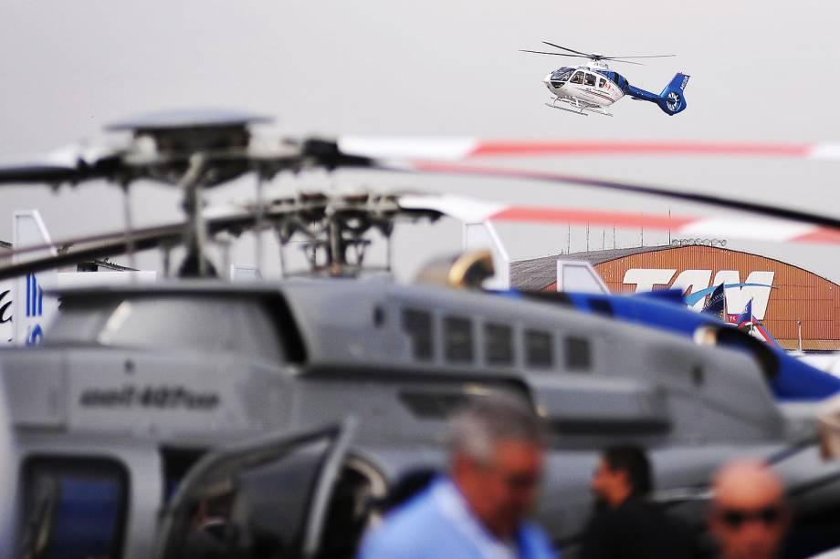 Movimentação de visitantes durante a LABACE (Latin American Business Aviation Conference Exhibition), o maior evento voltado para a aviação executiva da América Latina, realizada em hangar anexo ao Aeroporto de Congonhas, na zona sul de São Paulo