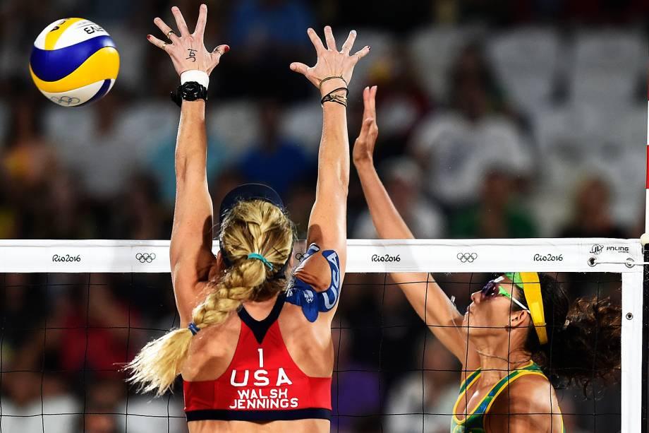 A brasileira Talita Rocha tenta passar pelo bloqueio da americana April Ross na disputa pelo bronze do vôlei de praia feminino