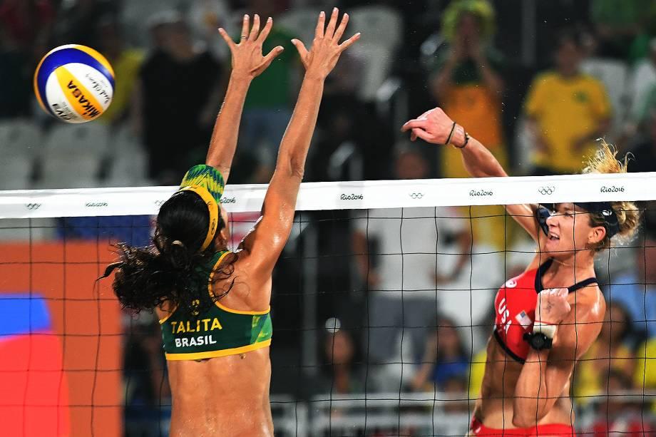 A americana Kerri Walsh passa pelo bloqueio da brasileira Talita Rocha em jogo válido pela medalha de bronze no vôlei de praia feminino