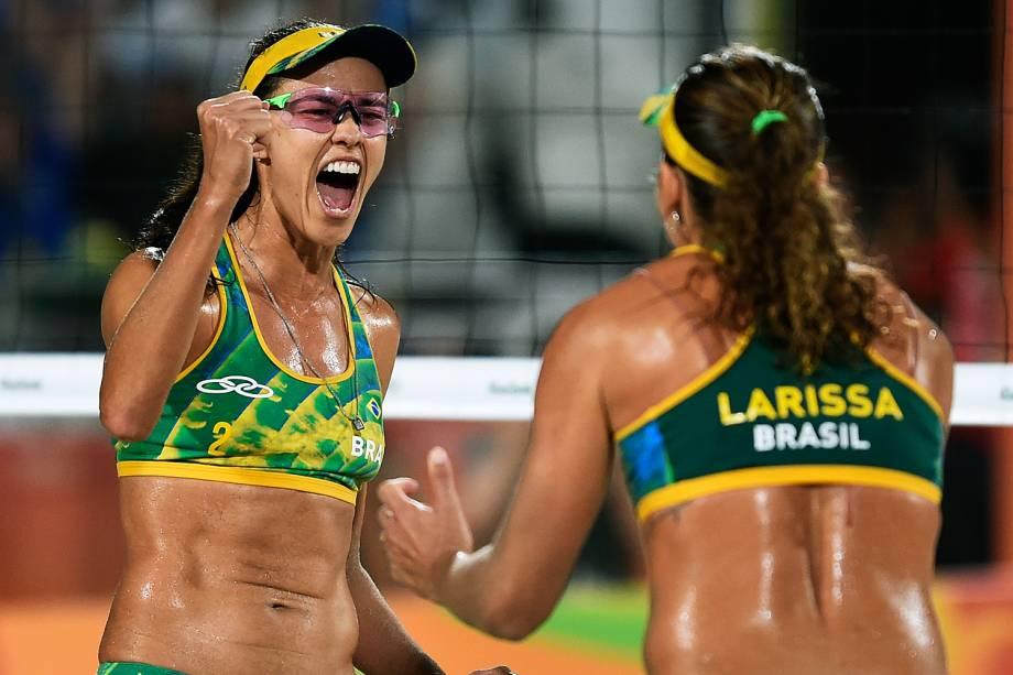 Talita Rocha comemora ponto com Larissa França na disputa pelo bronze contra a dupla dos Estados Unidos