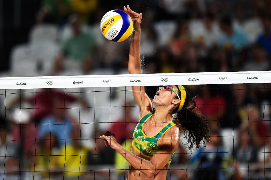A brasileira Talita Rocha ataca contra a dupla a americana April Ross e Kerri Walsh na disputa pelo bronze do vôlei de praia feminino