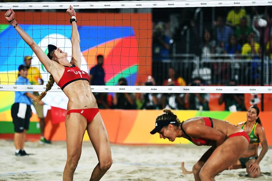 A dupla dos Estados Unidos, April Ross e Kerri Walsh, comemoram após conquistar a medalha de praia no vôlei de praia