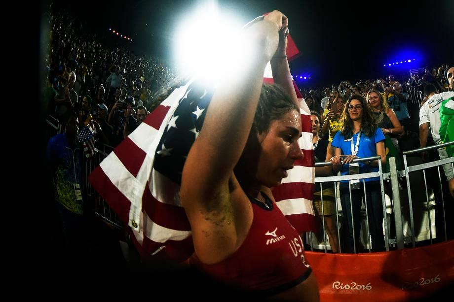 A americana April Ross comemorar a medalha de bronze no vôlei de praia