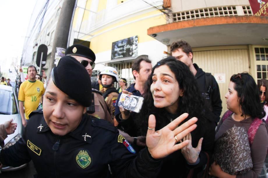 Atriz Letícia Sabatella é hostilizada em manifestação contra a presidente afastada Dilma Rousseff, em Curitiba