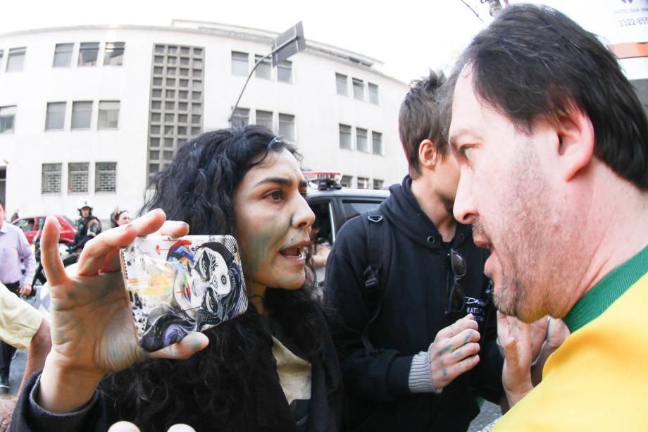 Atriz Letícia Sabatella é hostilizada em manifestação contra a presidente afastada Dilma Rousseff e a favor do Impeachment, em Curitiba