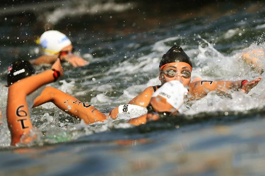 Atletas competem, na praia de Copacabana, a modalidade feminina de maratona aquática, no Rio de Janeiro