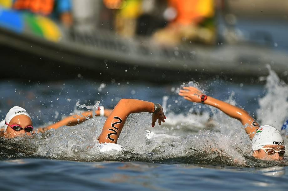 Nadadoras disputam maratona aquática da praia de Copacabana no Rio de Janeiro