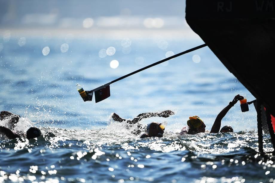 """""""Pit-stops"""" oferecem água mineral para as nadadoras que disputaram a prova de maratona aquática em Copacabana, no Rio de Janeiro"""