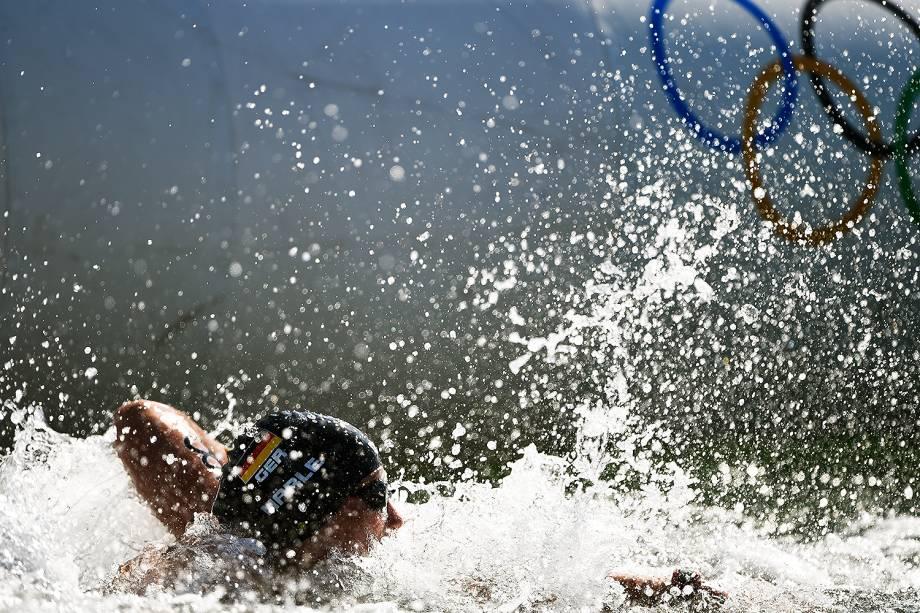 Nadadoras disputam maratona aquática na praia de Copacabana, no Rio de Janeiro