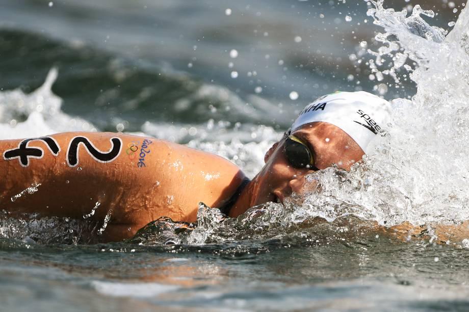 Nadadoras disputam medalhas na modalidade feminina da maratona aquática, na praia de Copacabana, no Rio de Janeiro